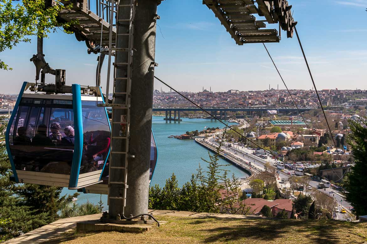 This photo shows the Pierre Loti cable car. In the background, the view to the heart of Istanbul is jawdropping.
