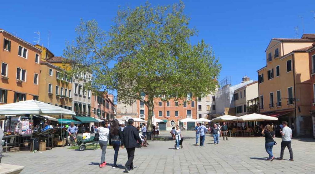 This photo shows Campo Santa Margherita in Venice, Italy. What to do in Venice: our complete guide to La Serenissima. It's all trip to me.