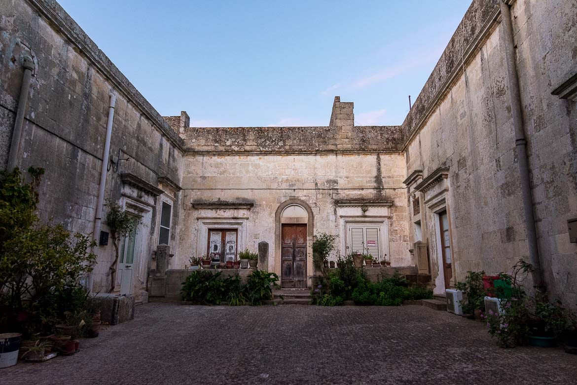 This photo shows the inner courtyard of a house in Melpignano.