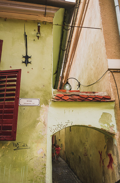 What to do in Brasov Romania in 2 days. Rope street, one of the narrowest streets in Europe.
