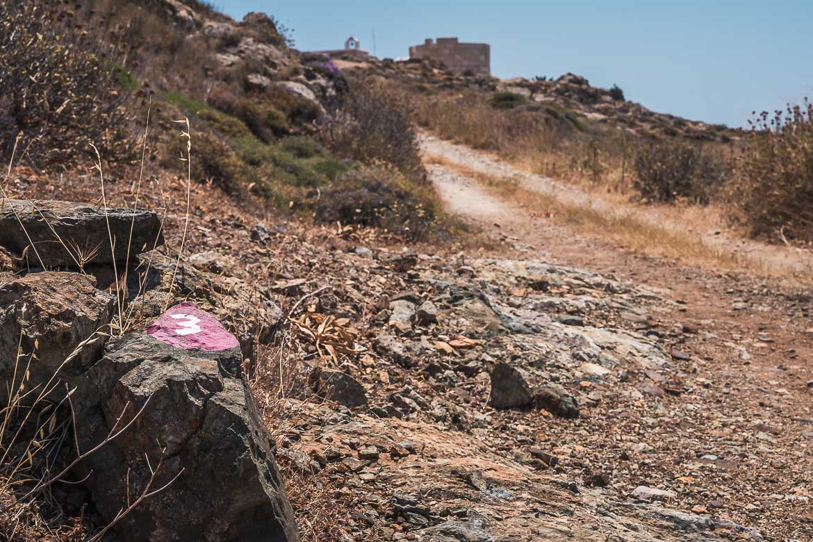 This image shows a hiking mark with the number three. Hiking is one of the best things to do in Serifos.