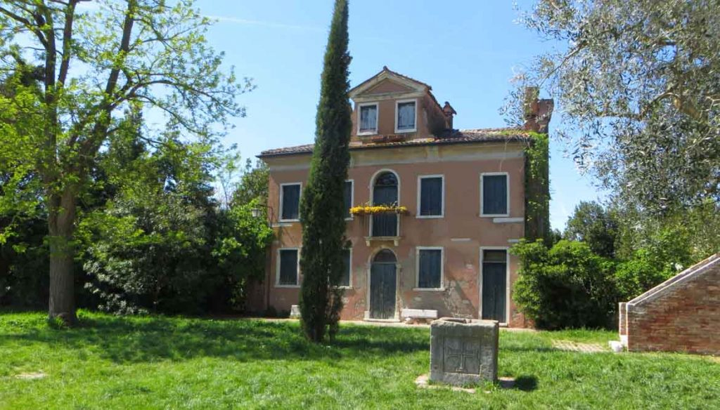 This photo shows a beautiful palazzo in Torcello, a small island near Venice, Italy. What to do in Venice: our complete guide to La Serenissima.