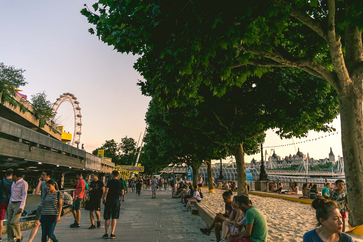 This photo shows the area around Waterloo bridge in London, England. This is where we stopped for a pint, during the South Bank walk we enjoyed in the UK capital at sunset in summer.