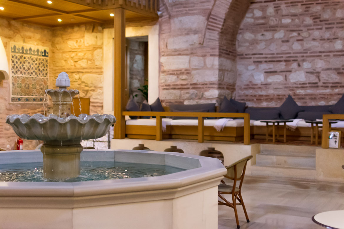 This image shows the white marble fountain dominating the lounge area at Kilic Ali Pasa Hamami in Istanbul. It is the featured image of our article: What happens in a Turkish bath? Top tips for first-timers.
