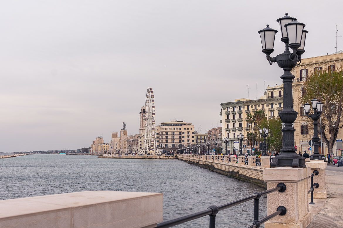 This image shows a part of Bari's promenade. It's a cloudy afternoon. In the background, we can see the Bari Ferris wheel.