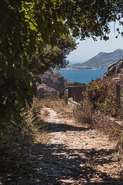 This is an image that shows a part of Palia Strata, an ancient path that passes through almost the entire island. In the background the sea at Aegiali Bay is visible.