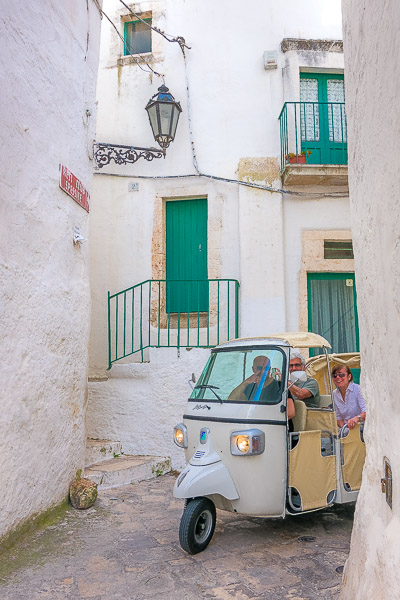 This image shows an Ape Callesino at a narrow street in Ostuni.
