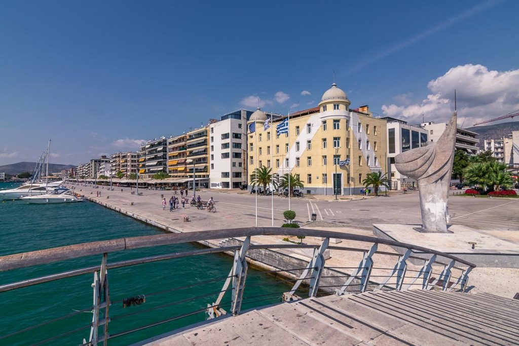This image shows the most recognisable part of Volos, Greece: the seaside promenade. In the foreground, we can see the Kordoni bridge. In the background, beyond the sea, we can see the iconic Papastratos building. We believe that this is a very characteristic shot of the city. This is why we chose to use it as the featured image for our article: What to do in Volos Greece in 3 days: Itinerary & Guide.